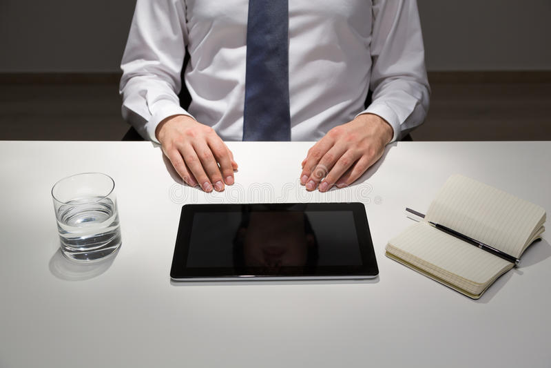 Sitzender Schreibtisch des Geschäftsmannes lizenzfreie stockfotografie