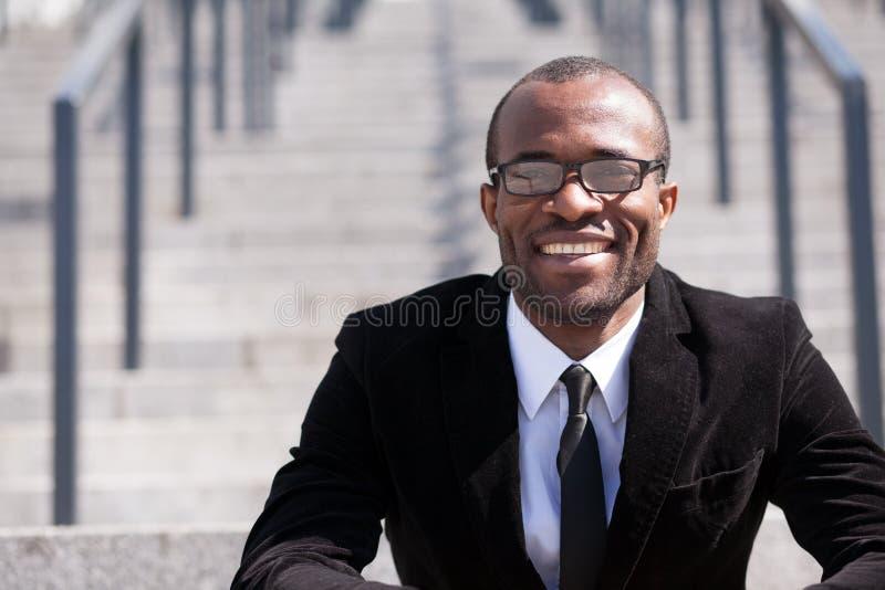 Sitzender schwarzer Mann des Angestellten lizenzfreies stockfoto