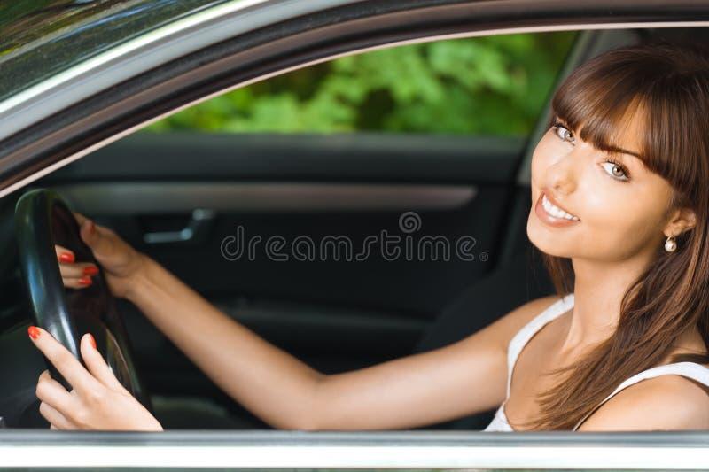 Sitzendes Auto der jungen Frau lizenzfreies stockfoto