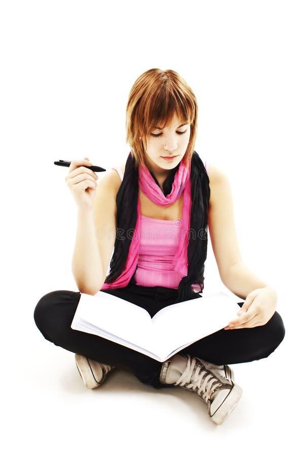 Sitzendes Denken der Studentin beim Studieren lizenzfreie stockbilder