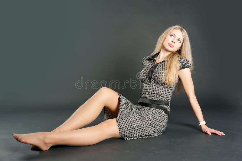 Sitzendes hübsches Mädchen lizenzfreies stockbild