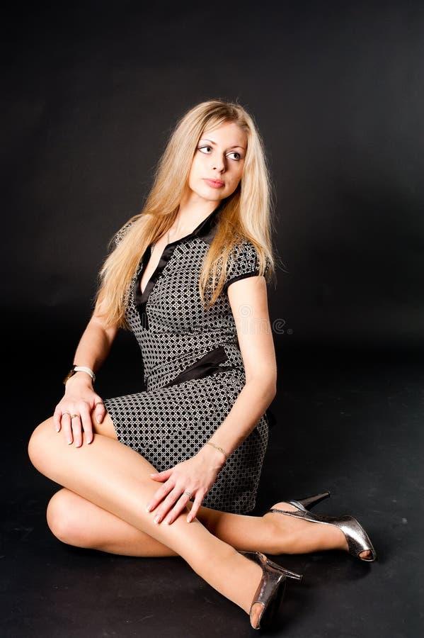Sitzendes hübsches Mädchen stockbilder