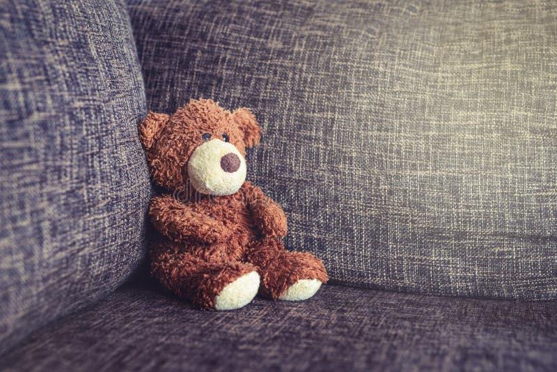 Sitzendes Sofa des alten Teddybären der Weinlese lizenzfreie stockbilder