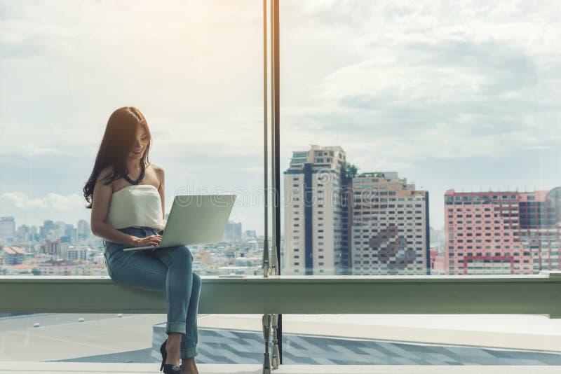 Sitzengebrauchs-Computerlaptop der berufstätigen Frauen stockbild