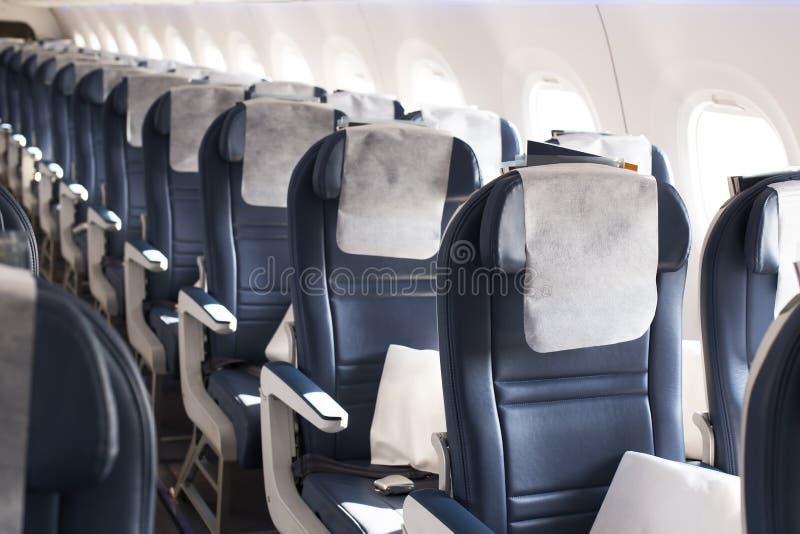Sitzplätze in der Kabine des Luftfahrzeugs der Klasse 'Leere Wirtschaft' lizenzfreies stockbild
