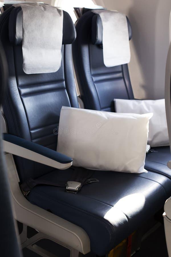 Sitzplätze in der Kabine des Luftfahrzeugs der Klasse 'Leere Wirtschaft' stockbilder