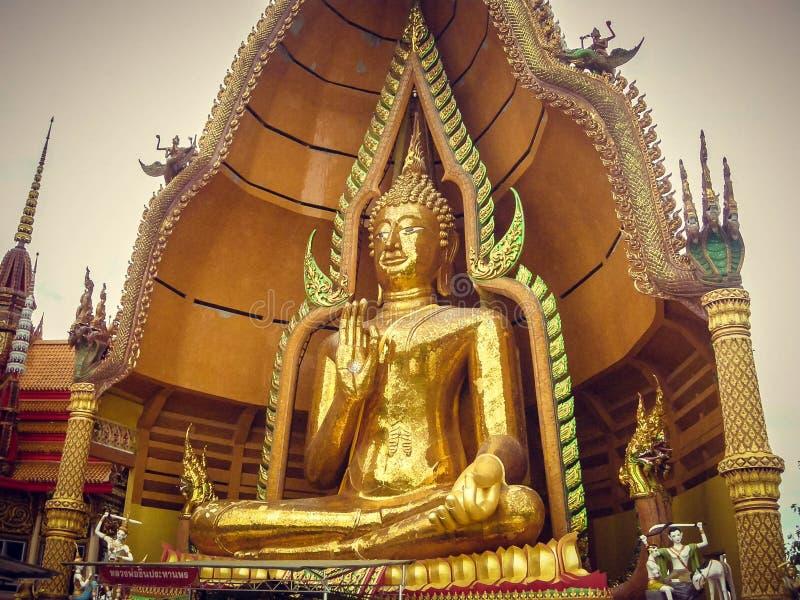 Sitzstatue zusammen vergoldet mit den Fingern in Thailand tourismus stockbild