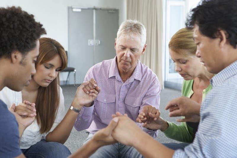 Sitzung der Bibel-Arbeitsgemeinschaft lizenzfreie stockfotos