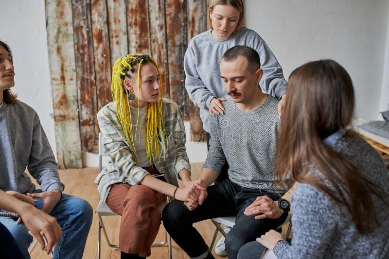 Sitzung der Rehab-Gruppe, anonyme Alkoholiker stockbilder