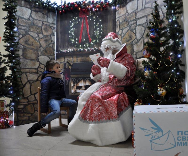 Sitzung von St_ Nicholas mit children_6 lizenzfreie stockbilder