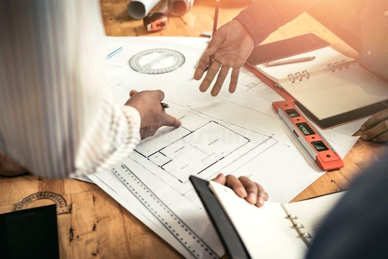 Sitzungen in den Ausgangs- und Eigentumstechnikfirmen der Gruppe lizenzfreie stockfotos