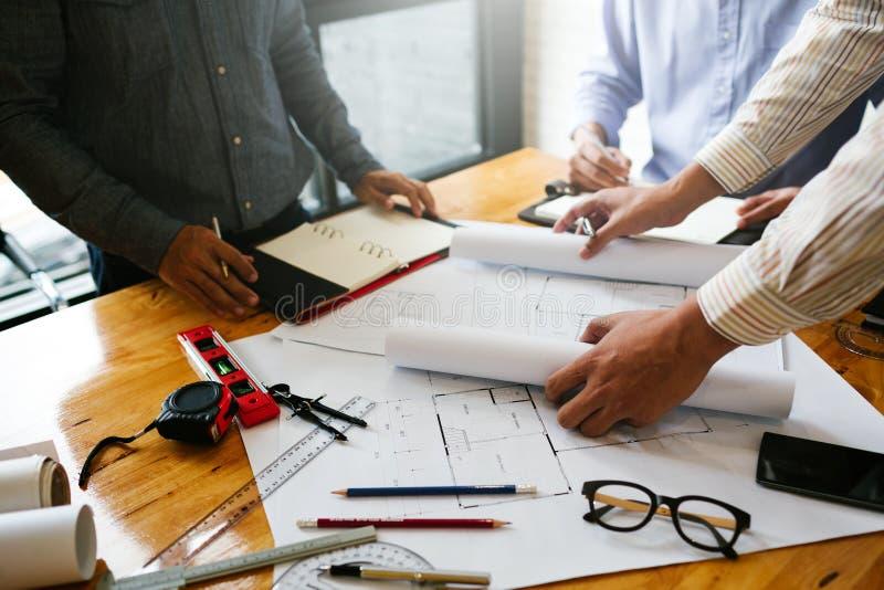 Sitzungen in den Ausgangs- und Eigentumstechnikfirmen der Gruppe lizenzfreie stockbilder