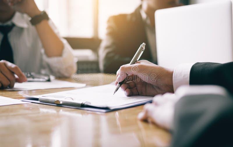 Sitzungssaal mit nego Schreibpapier der menschlichen Ressource Geschäftsleuten lizenzfreies stockfoto