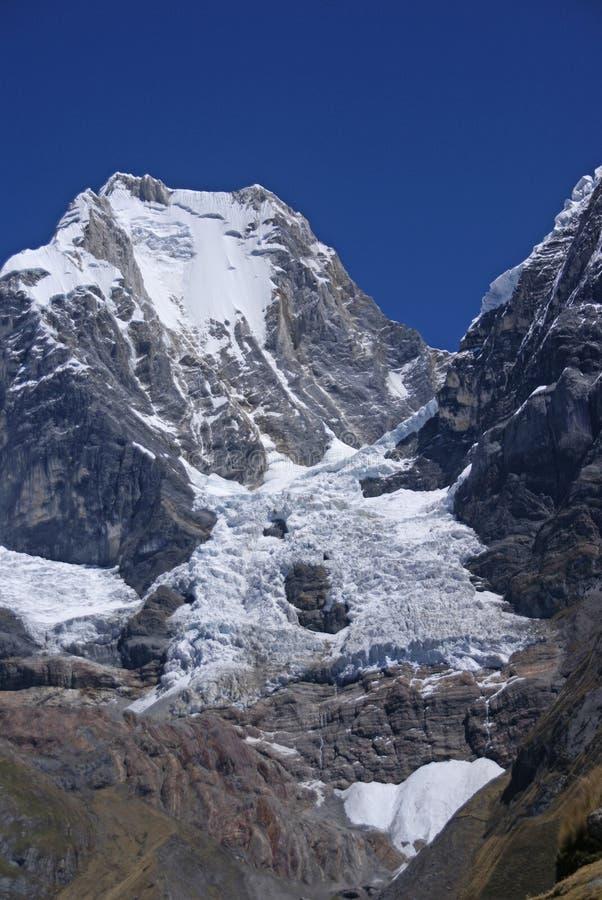 Siula Berg in hohen Anden lizenzfreies stockfoto