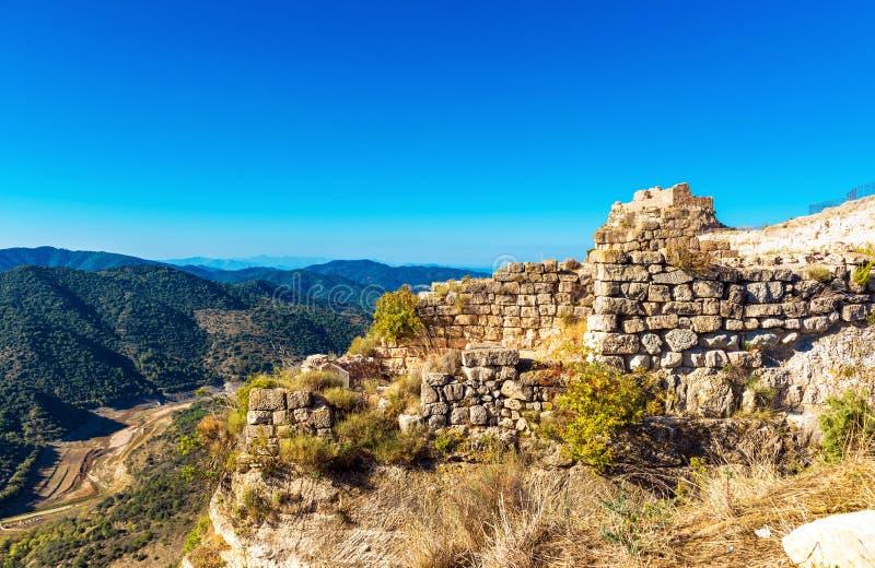 Siuran,塔拉贡纳, Catalunya,西班牙城堡的废墟的看法  复制文本的空间 库存图片
