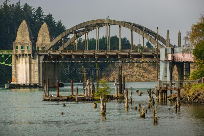 Siuslaw flodbro från Florence Marina Oregon royaltyfria bilder
