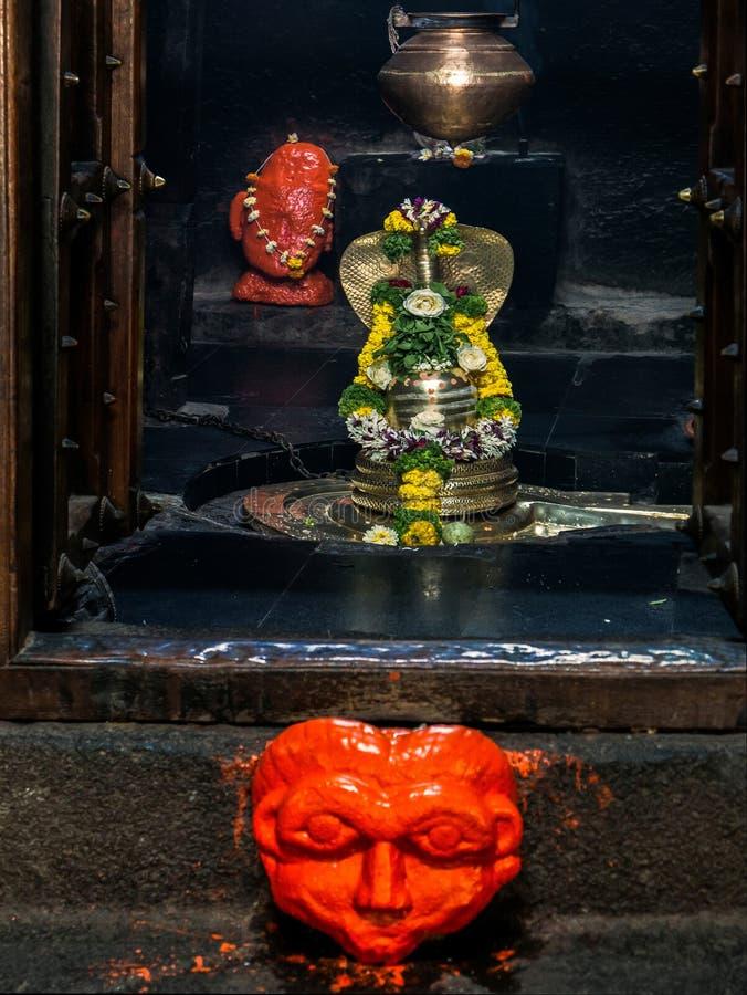 Sivalingum y nagraja en el templo de piedra pataleshwar Pune fotos de archivo