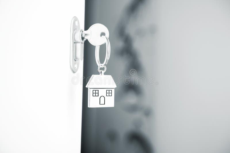 Siver domu keyring na białym drzwi obraz stock