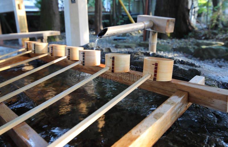 Siviera di legno e tempio giapponese santo del santuario del pozzo d'acqua fotografia stock libera da diritti