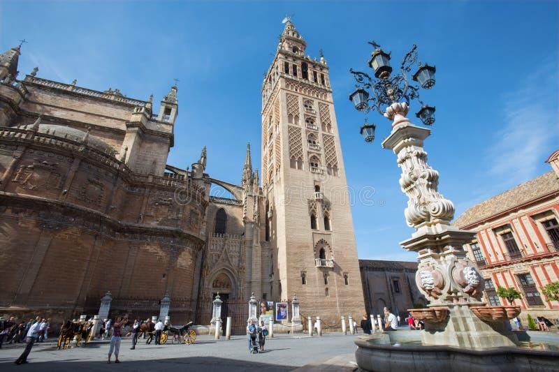 Siviglia - cattedrale de Santa Maria de la Sede con il campanile di Giralda da Plaze del Triumfo fotografia stock