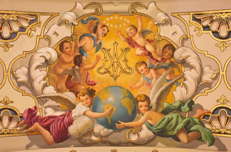 Siviglia - gli angeli dell'affresco ed il monogramma di vergine Maria sul soffitto in chiesa Basilica de la Macarena immagine stock