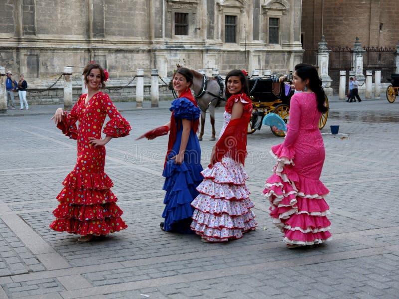 Siviglia la Spagna gruppo del 16 aprile 2013/A di giovani signore spagnole i fotografia stock libera da diritti