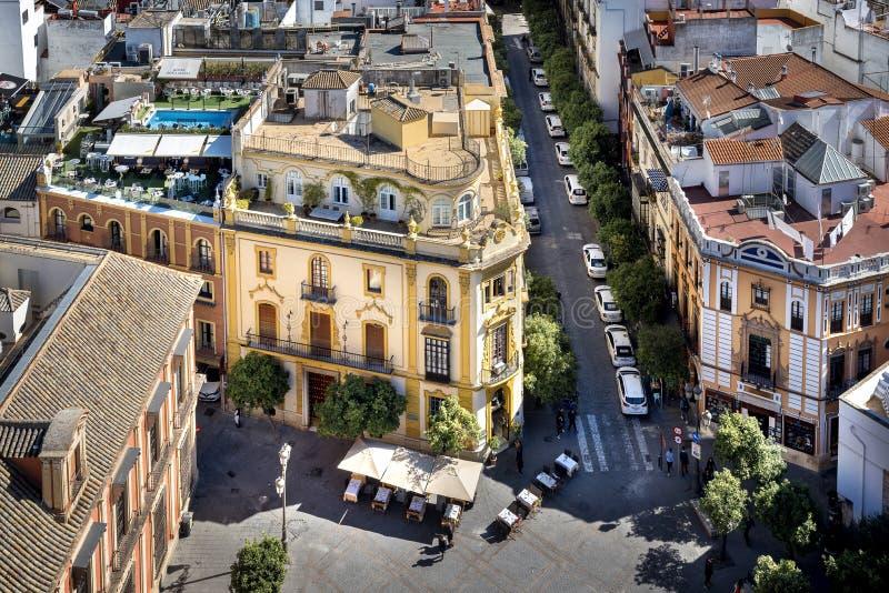 Siviglia - Plaza Virgen de los Reyes sikt uppifrån av det Giralda tornet spain arkivfoto
