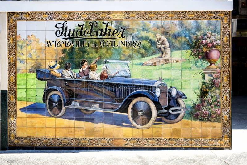 SIVIGLIA: Vecchia pubblicità d'annata del segno dell'automobile di Studebaker Azulejo tramite l'automobile di Studebaker del tabe fotografia stock libera da diritti