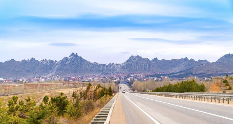 Sivrihisar-Stadt-Landschaftsansicht und -Gebirgszug im Hintergrund, Eskisehir, die Türkei stockfotografie