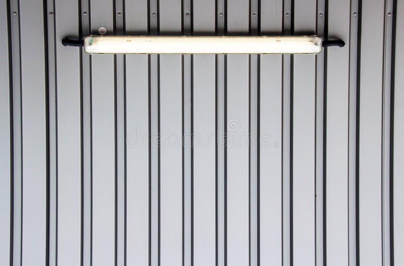 Siwieje ścianę z neonowym światłem obrazy royalty free