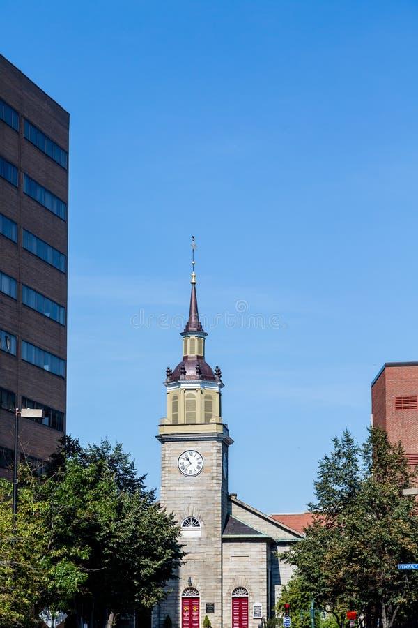 Siwieje Kamiennego Kościelnego Steeple i Zegarowy wierza obrazy royalty free