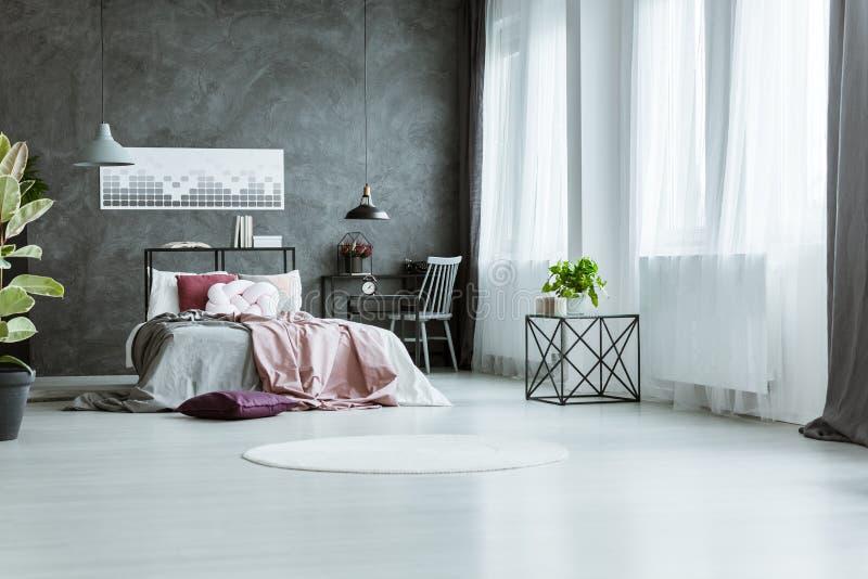 Siwieje sypialni wnętrze i różowi obraz royalty free