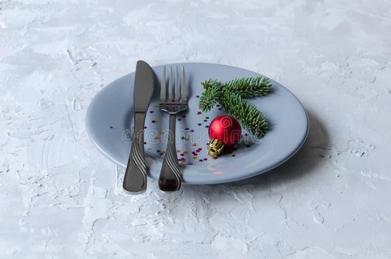 Siwieje talerza, noża i rozwidlenia, Nowy Rok i boże narodzenia zgłaszamy położenie zdjęcia royalty free