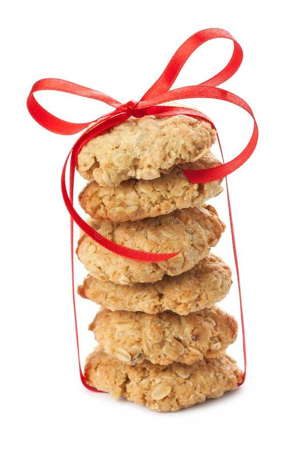 Six biscuits de farine d'avoine attachés avec un ruban rouge photos stock