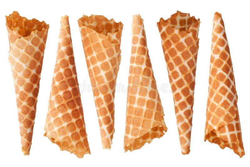 Six cônes croustillants d'or de gaufre de crème glacée sur la vue supérieure d'isolement par fond blanc de plan rapproché photographie stock libre de droits