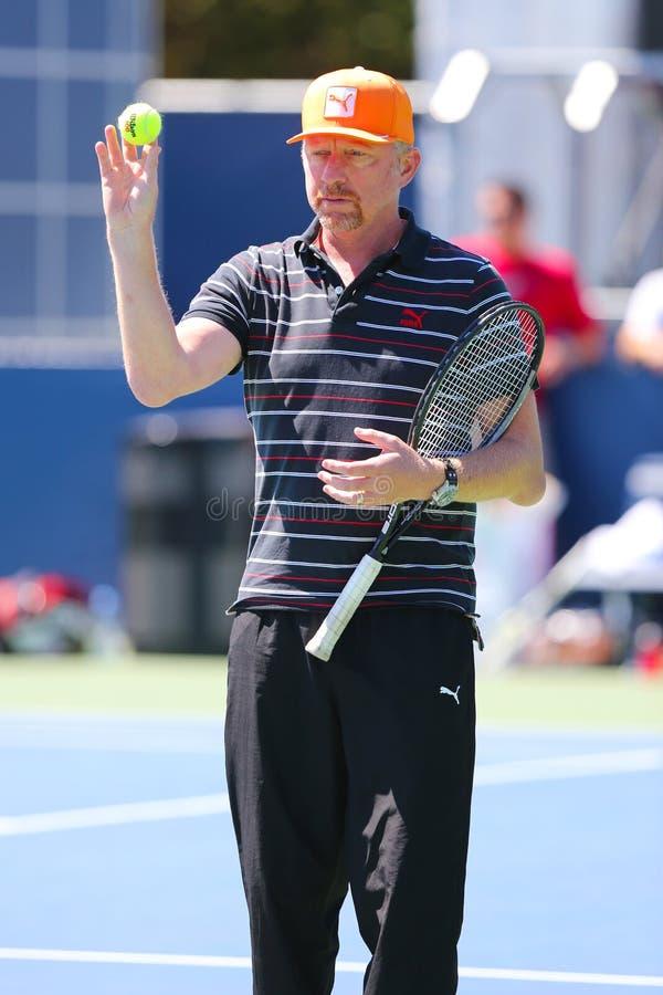 Six champions Boris Becker de Grand Chelem de périodes donnant des leçons particulières à Novak Djokovic pour l'US Open 2014 images libres de droits