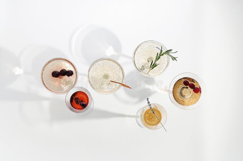 Six cocktails faciles de Champagne sur le fond blanc images libres de droits
