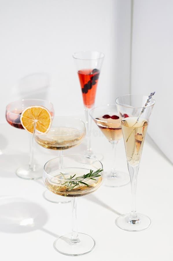 Six cocktails faciles de Champagne sur le fond blanc photos stock
