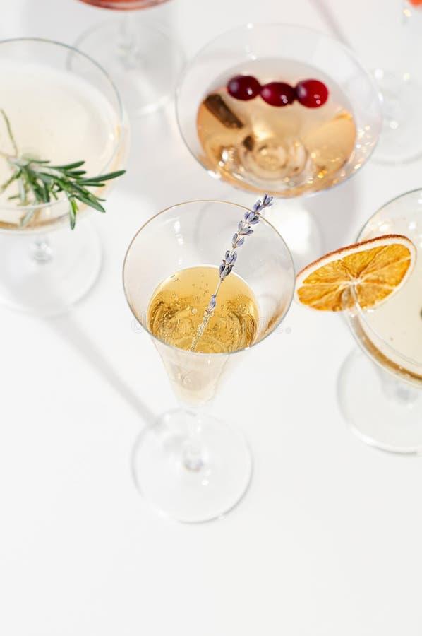 Six cocktails faciles de Champagne sur le fond blanc photographie stock