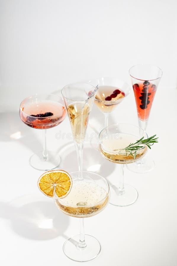 Six cocktails faciles de Champagne sur le fond blanc photo libre de droits