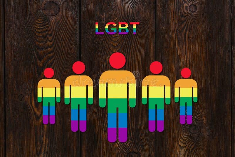 Six a coloré les hommes de papier sur le fond en bois Concept de fierté de LGBT illustration libre de droits