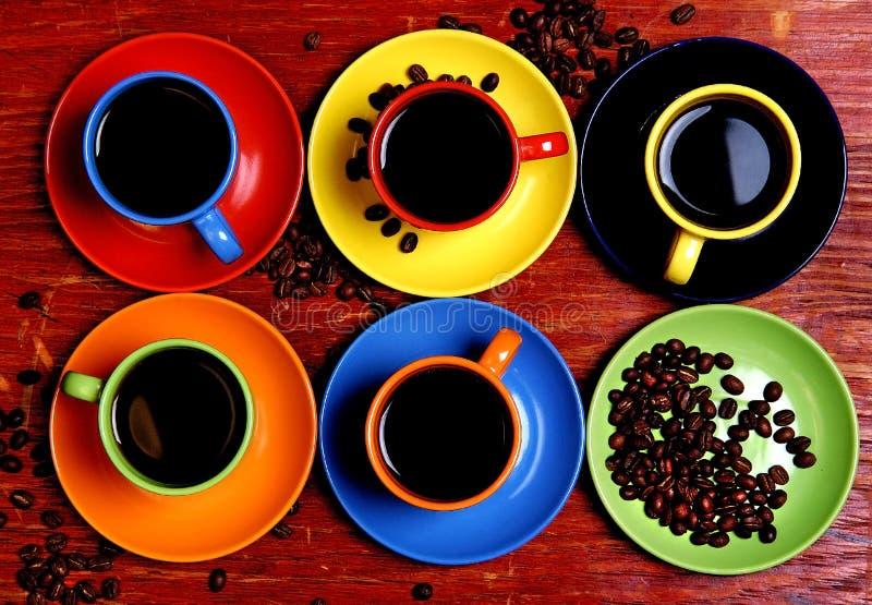 Six cuvettes varicoloured avec du café image stock