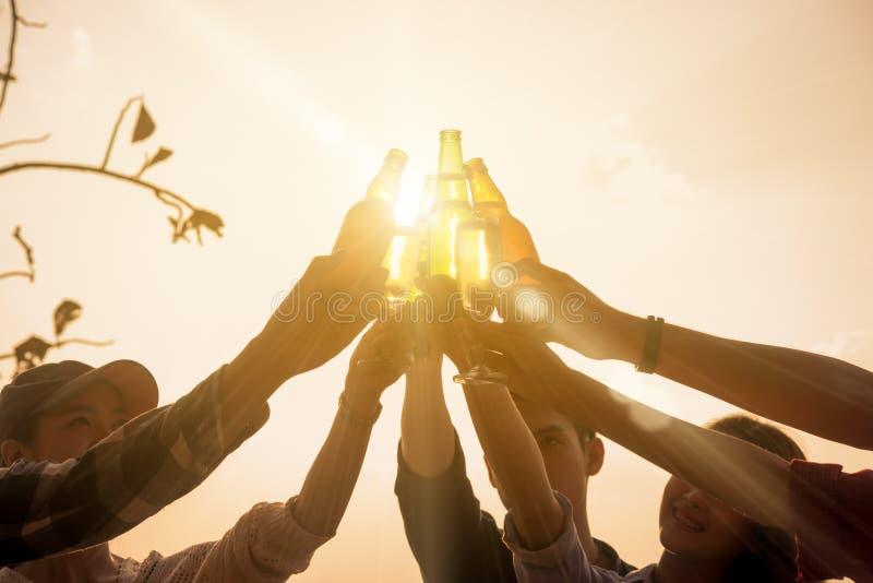 Six entrepreneurs de jeunes recueillant ensemble le pain grillé pour le succès à b photographie stock libre de droits