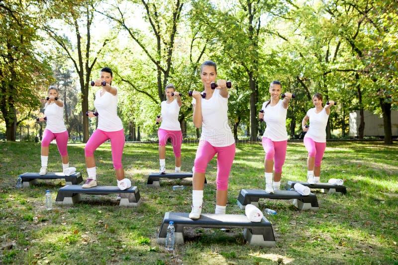 Six femmes faisant des exercices extérieurs photos stock