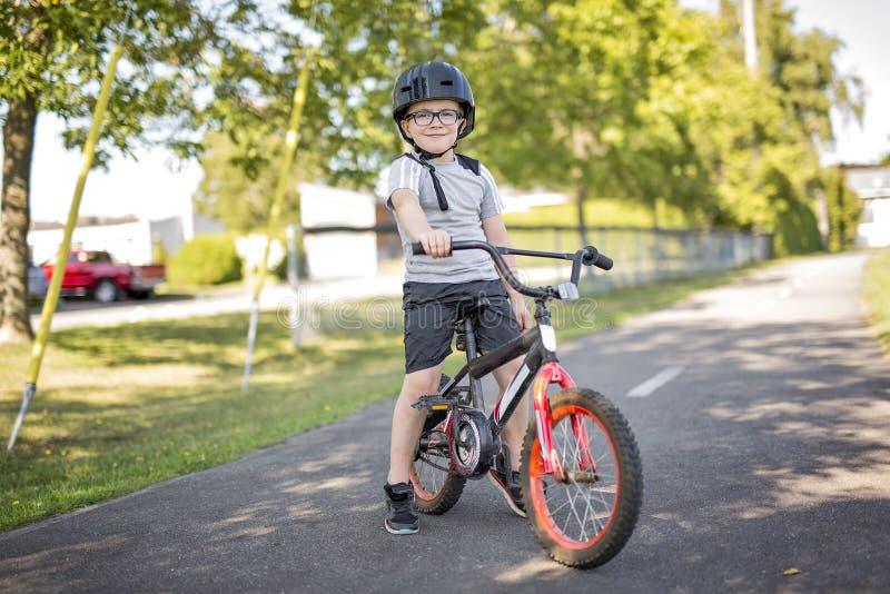 Six garçons d'ans faisant du vélo en parc image libre de droits