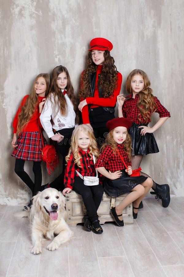 Six jolies filles de différents âges, six soeurs posent à l'intérieur pendant les réparations photographie stock