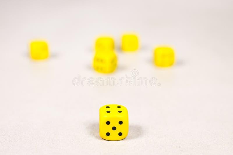 Six matrices jaunes sur Gray White Background propre photos libres de droits