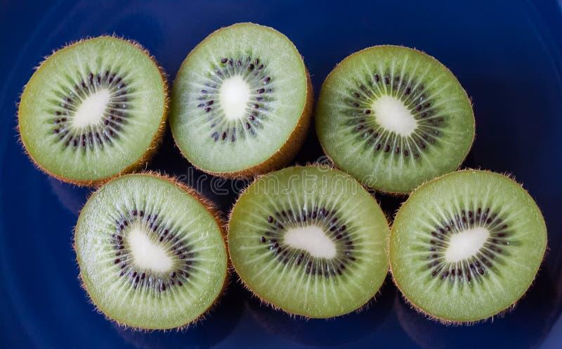 Six moitiés de kiwi photographie stock
