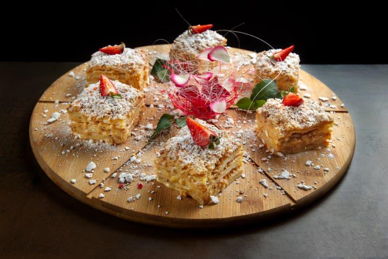 Six morceaux de napol?on de g?teau sur le plateau en bois Cuisine russe, g?teau pos? avec la p?tisserie cream-2 photos stock