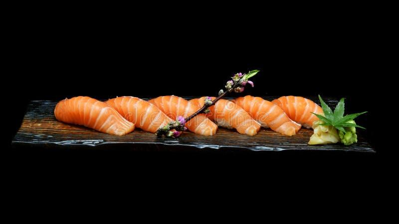 Six morceaux de sushi saumonés ont placé du plat en céramique en bois avec Style japonais de nourriture de tradition photographie stock